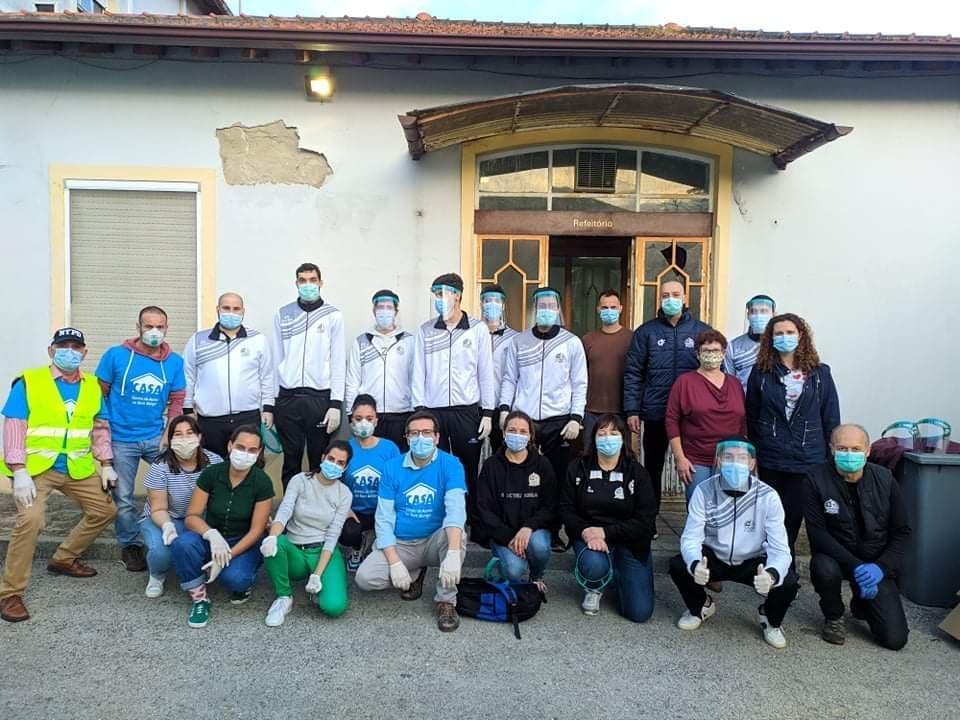 Jogadores do GRC Telhadela ajudam pessoas sem-abrigo