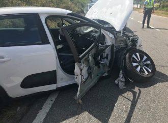 Colisão entre carro e trator provoca 4 feridos