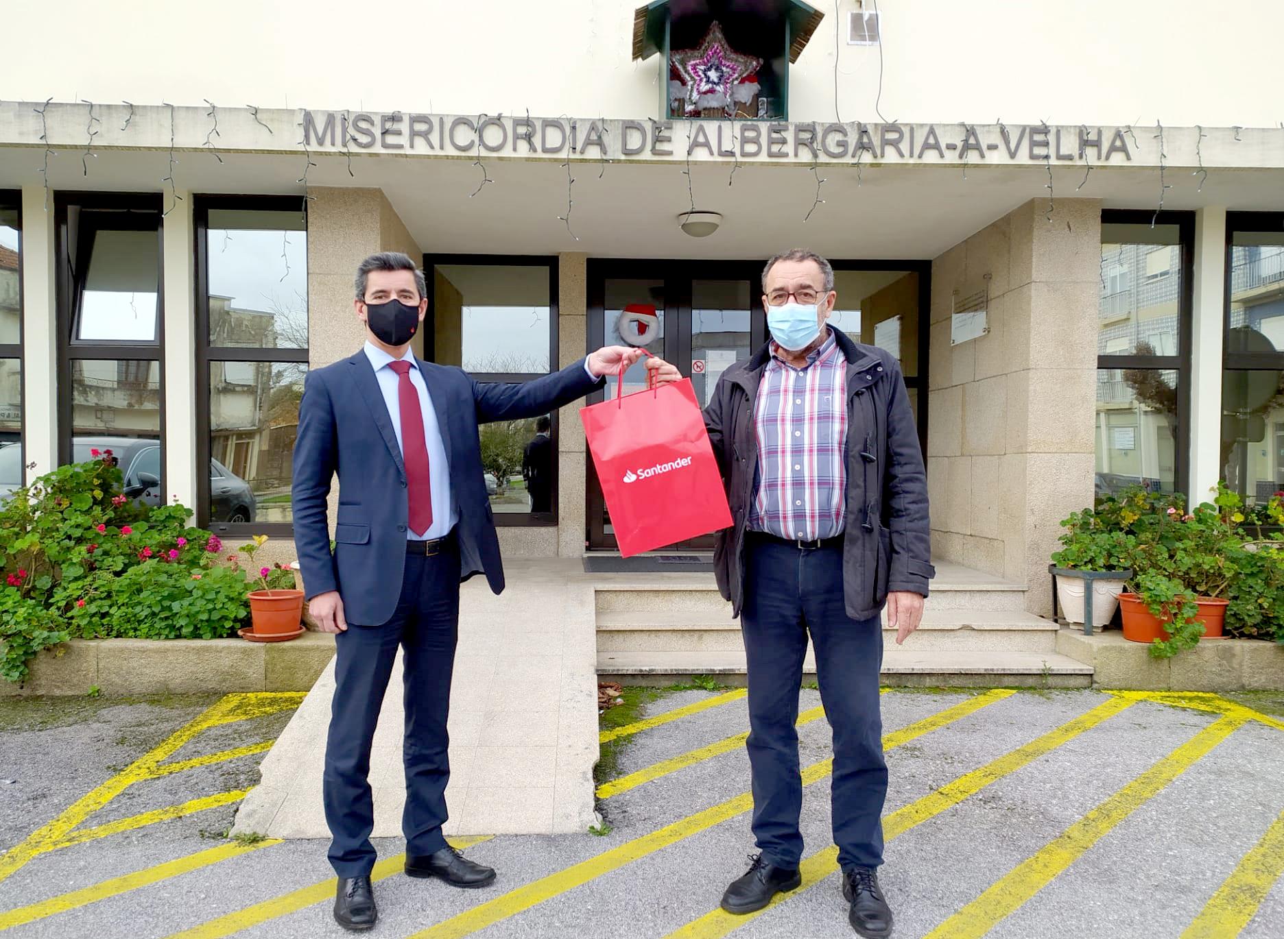 """Santander quer """"encurtar distância"""" entre utentes e famílias e oferece tablet à Irmandade da Misericórdia"""