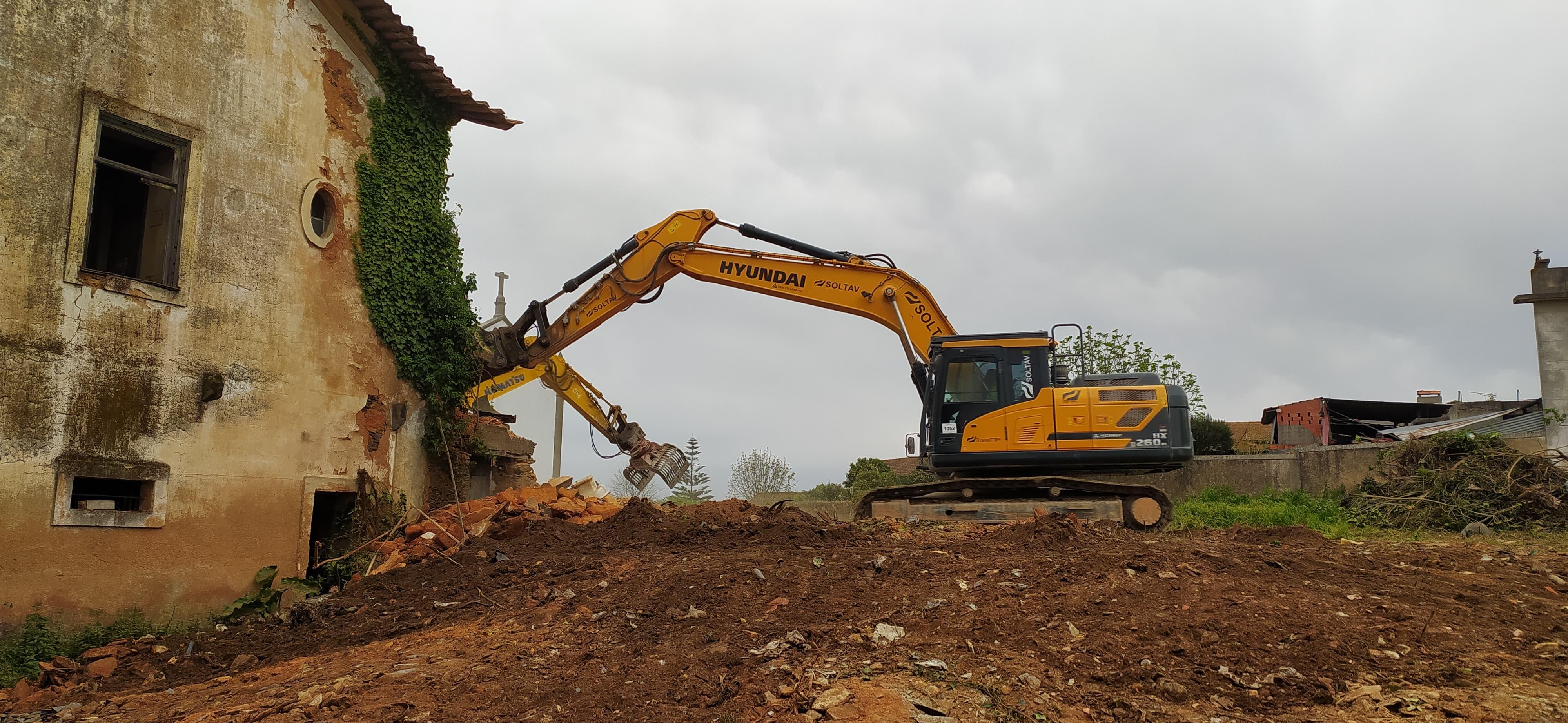 Demolição de edifício devoluto em Angeja