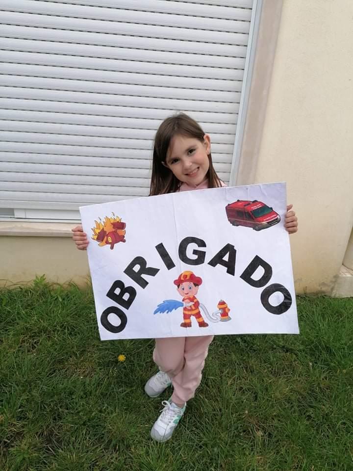 Menina de sete anos é fã incondicional dos Bombeiros